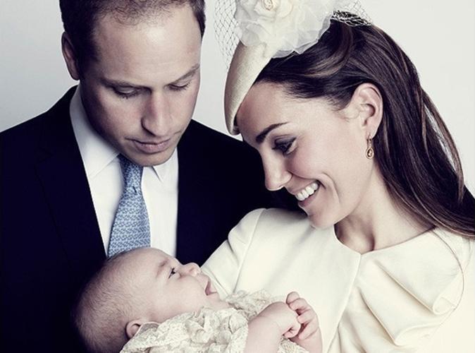 Le Prince George entouré de ses parents pour les photos officielles de son baptême !