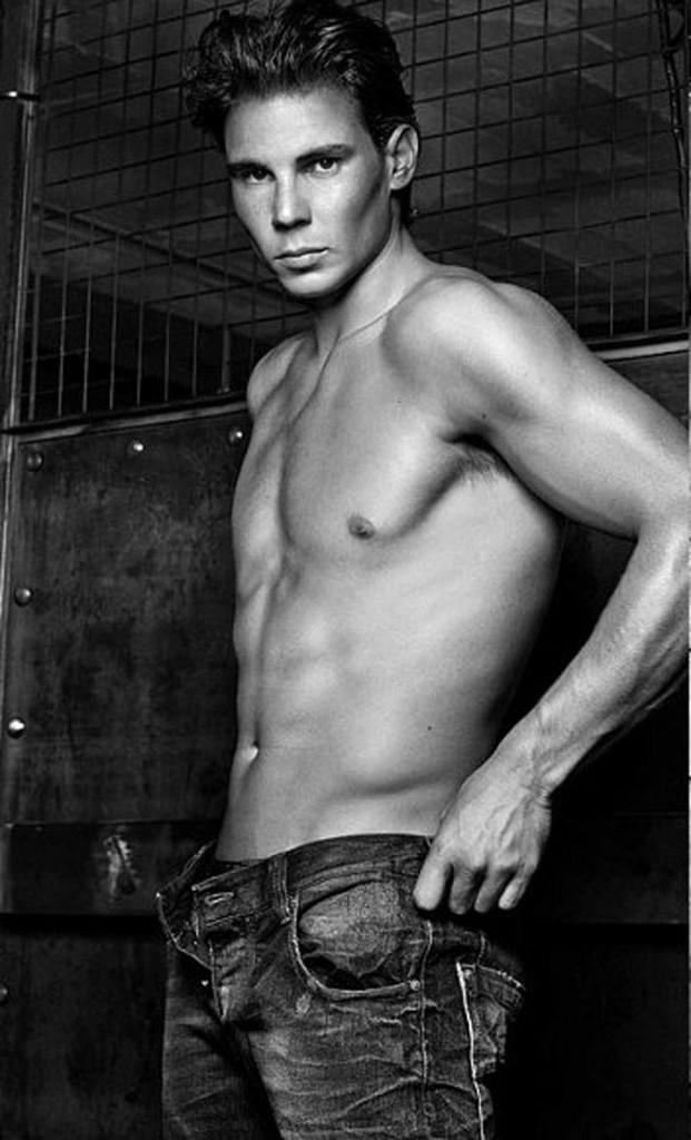 Rafael Nadal, plus sexy que jamais en jean prêt à être enlevé !