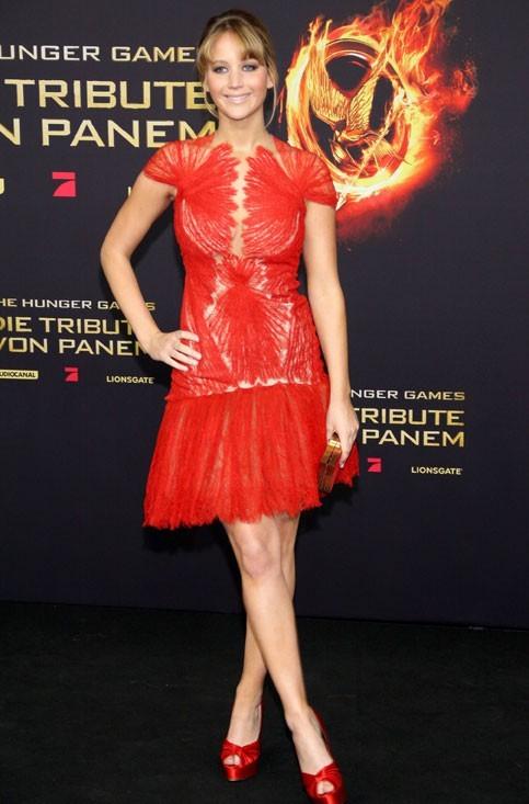 Dans une robe Marchesa rouge vif pour la première du film à Berlin
