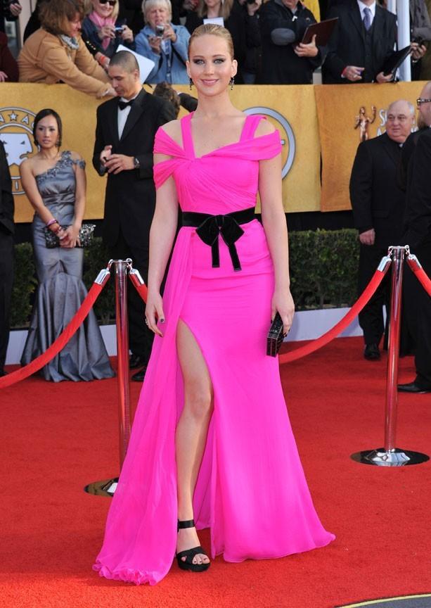 En robe rose bonbon Oscar de la Renta pour les SAG Awards 2011
