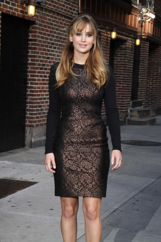 Jennifer Lawrence arrive au Late Show de David Letterman dans une robe noire et bronze