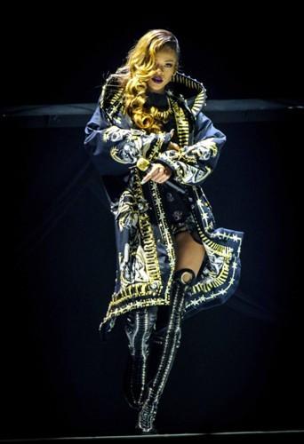 Rihanna dans son manteau baroque Givenchy