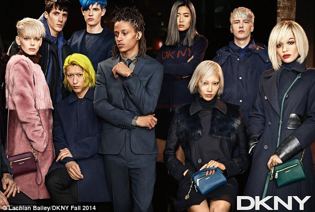 Mode : Rita Ora se fond dans la masse pour la dernière campagne DKNY !