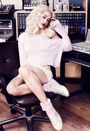 Rita Ora sexy et girly pour Superga !