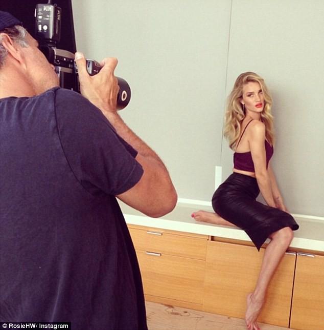 Rosie Huntington-Whiteley lors de son shooting pour ModelCo.