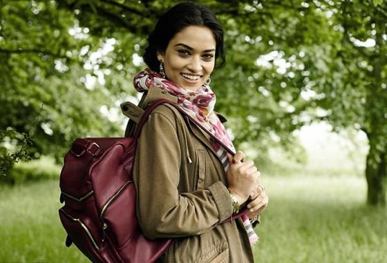 Shanina Shaik prend la pose pour la campagne automne/hiver d'Accessorize.