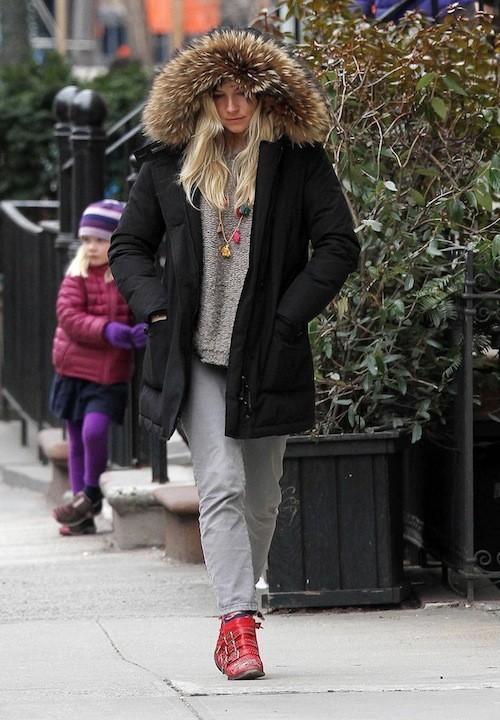 Sienna Miller après sa grossesse : Le gros manteaux n'est pas ce qu'il y a de plus glamour ...