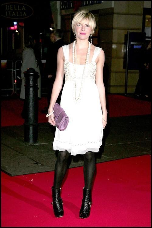 Sienna Miller avant sa grossesse : Superbe dans sa robe légère !