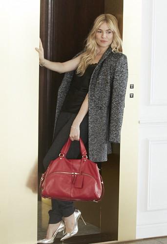 Sienna Miller nous présente le sac de la rentrée signé Caroll !