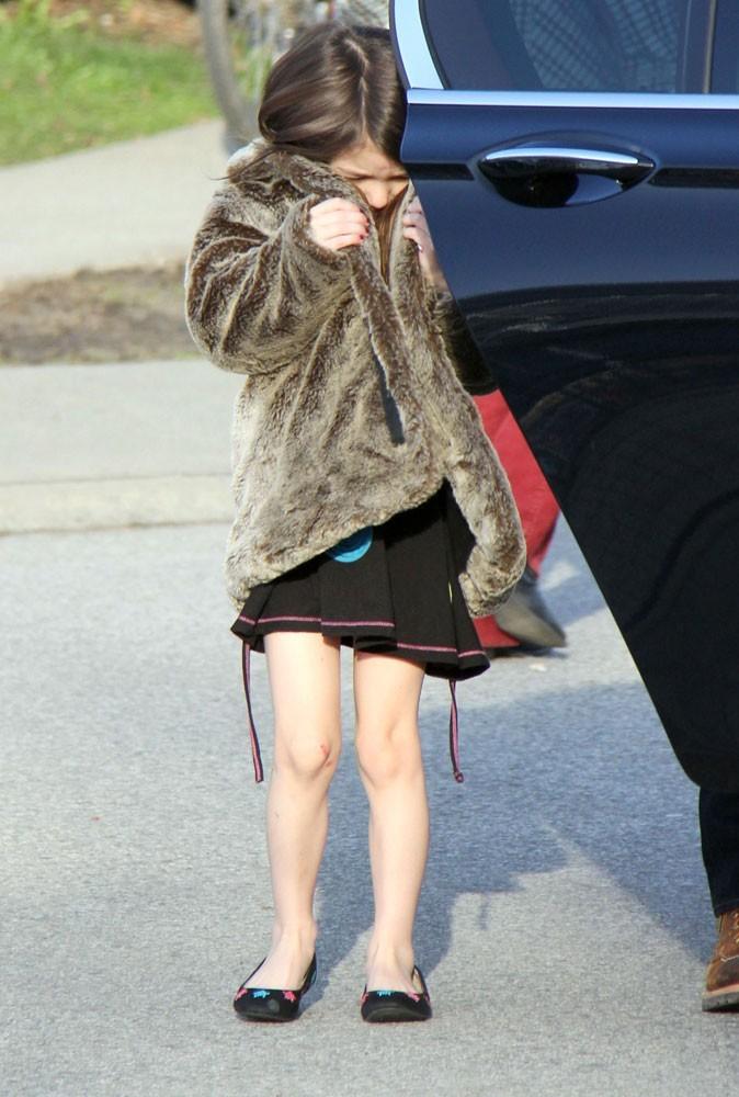Suri a sorti les ballerines assorties à sa robe imprimée