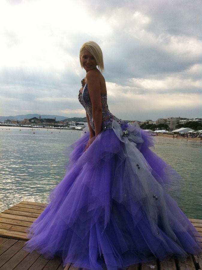Tatiana pose sur la plage cannoise