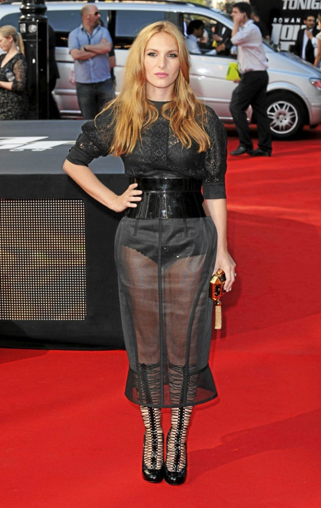 Joséphine de La Baume avec sa jupe longue transparente !