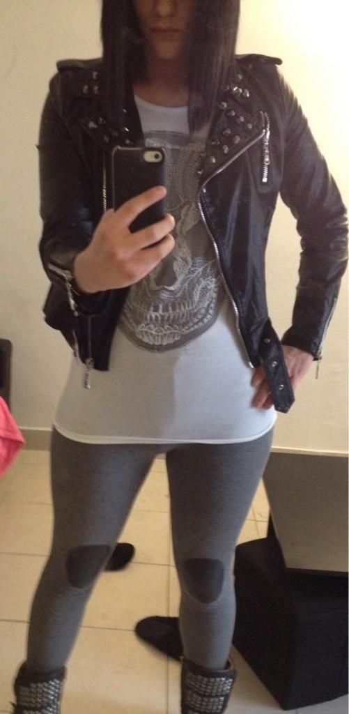 Perfecto noir clouté, top motif tête de mort & leggings gris