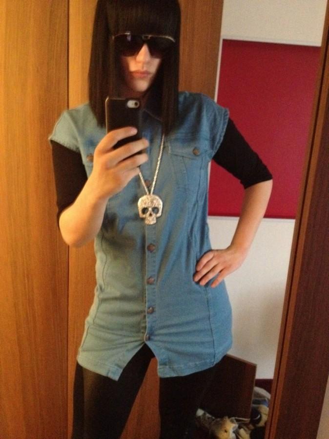 Tunique en jean, collier tête de mort