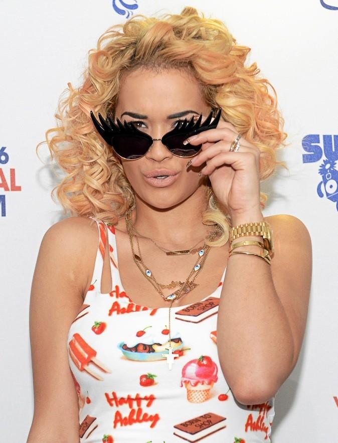 Rita Ora a craqué pour les lunettes trompe l'oeil !