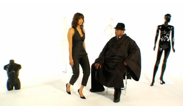 Tyra Banks nous montre comment il ne faut PAS marcher avec des talons hauts !