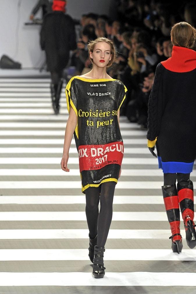 """""""Croisière sur ta peur"""" en grand format sur une mini-robe à sequins..."""