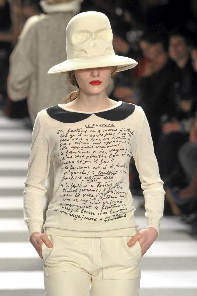 """Le texte """"Le Fantôme"""", de l'artiste Robert Malaval sur un pull à col Claudine JCDC !"""