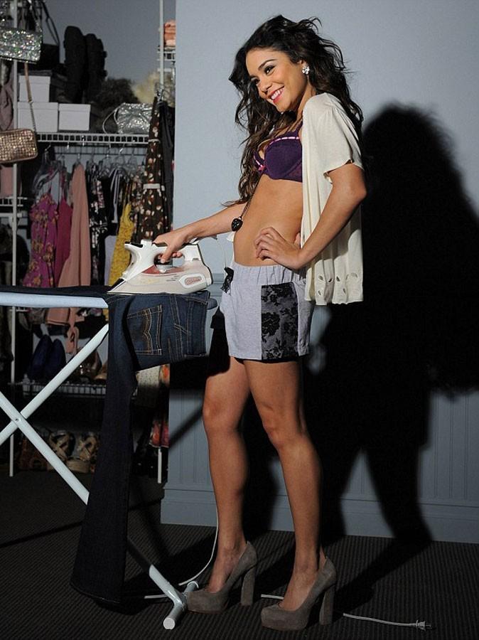 Photos : Vanessa Hudgens pose en soutien-gorge violet short gris customisé, avec un gilet blanc cassé
