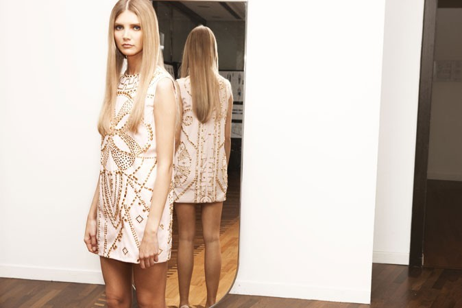 Un aperçu de la collection avec cette robe écru cloutée aux découpes chères à la marque
