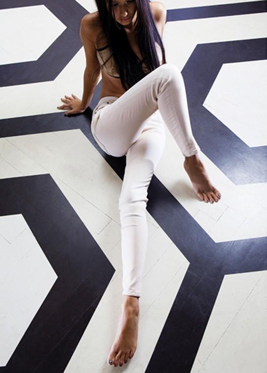 Alice Greczyn en jean slim blanc Victoria Beckham