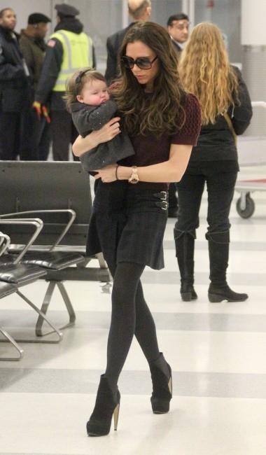 Victoria et sa fille Harper à l'aeroport JFK de New York