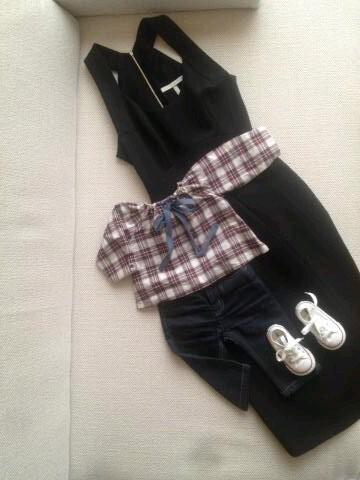Robe noire pour Victoria, top à carreaux et jean brut pour Harper