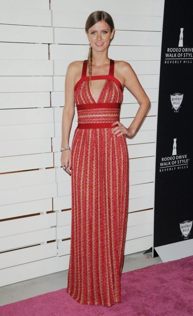 Nicky Hilton est envoûtante dans cette longue robe rouge !