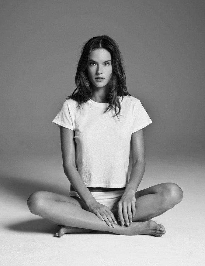 Photos : Alessandra Ambrosio : naturelle et vintage pour la marque de denim Re/Done x Hanes