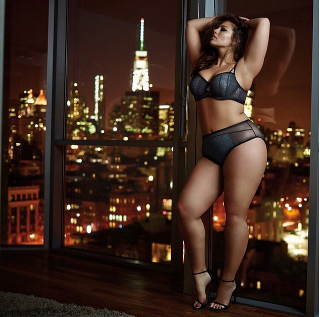Ashley Graham prend la pose pour sa propre marque de lingerie !