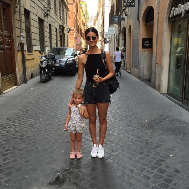 Lily Aldridge et sa fille Dixie Pearl dans les rues de Rome