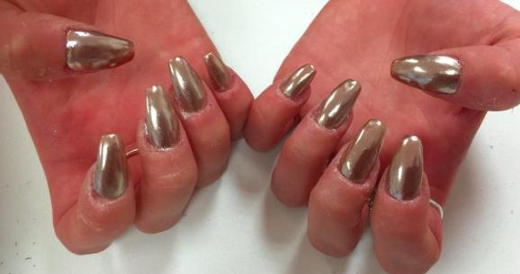 Photos : Beauté : Le chrome nails : La nouvelle manucure qui affole la toile !