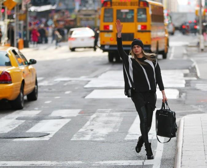 Cara Delevingne en plein shooting pour Donna Karan à New York, le 21 mars 2013.