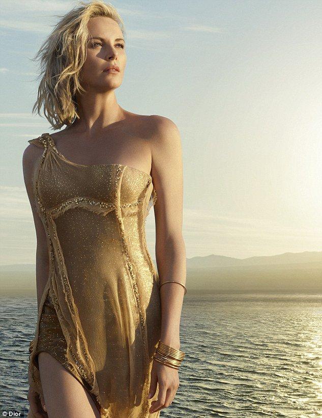 Photos : Charlize Theron : A nouveau parée de dorée pour Dior !