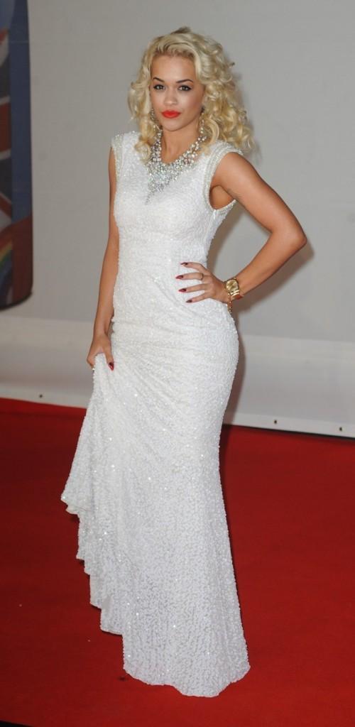 Rita Ora opte pour une robe moulante blanche !