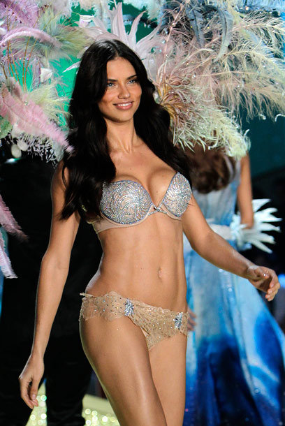 Adriana Lima porte le Bombshell Fantasy Bra à 2 millions de dollars