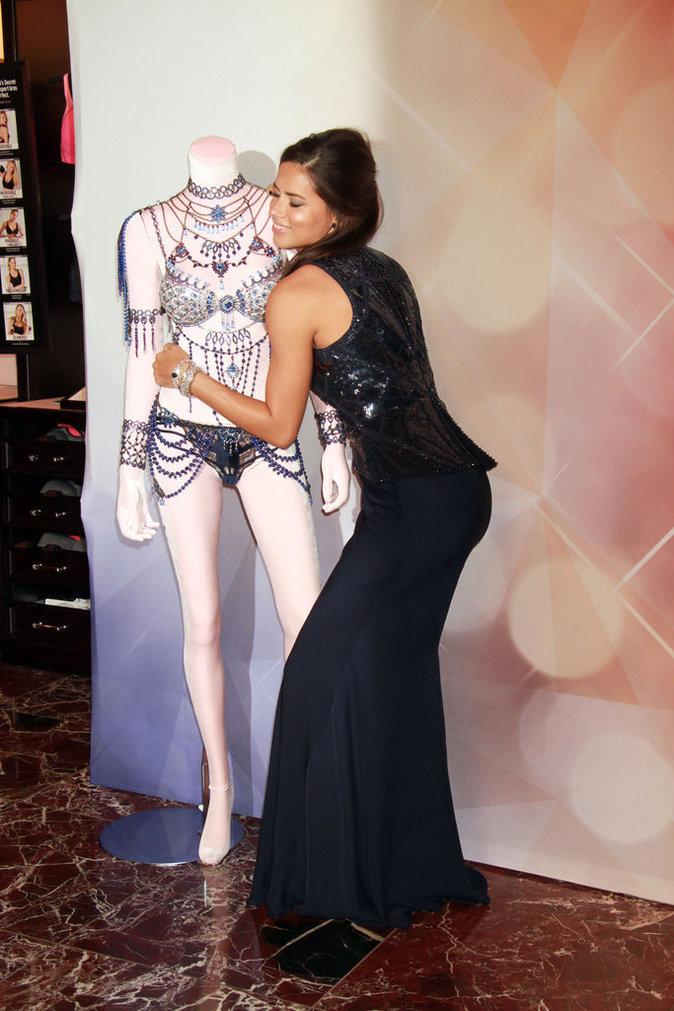 Alessandra Ambrosio et Adriana Lima portent les Dream Angels Fantasy Bras à 2 millions de dollars chacun