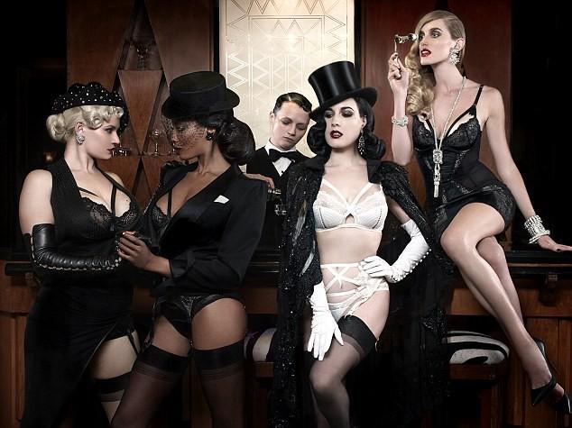 Photos : Dita Von Teese : toujours aussi rétro et sexy pour sa ligne de lingerie !