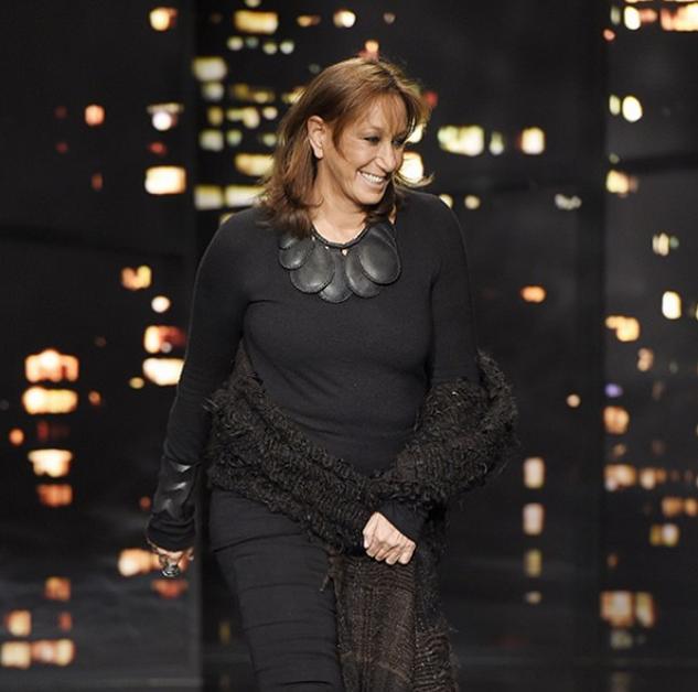 """le magazine de mode WWD : """"News : Donna Karan se retire de ses fonctions de directeur artistique de DKNY. Regardez sur WWD.com pour toute l'histoire..."""