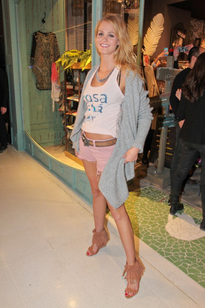 Erin Heatherton le 30 juillet 2014 pour l'ouverture de la boutique Rosa Cha à Sao Paolo au Brésil.
