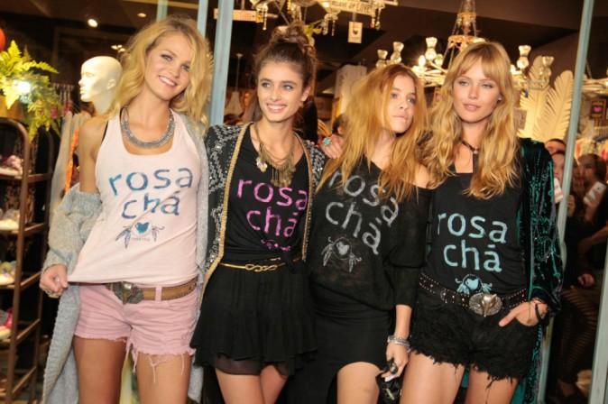 Ribambelle de tops le 30 juillet 2014 pour l'ouverture de la boutique Rosa Cha à Sao Paolo au Brésil.