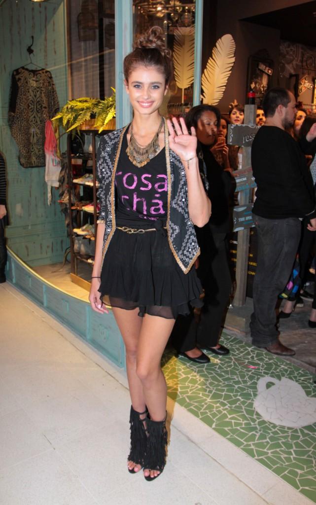 Taylor Hill le 30 juillet 2014 pour l'ouverture de la boutique Rosa Cha à Sao Paolo au Brésil.