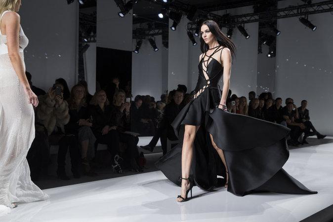 Mariacarla Boscono au défilé Atelier Versace