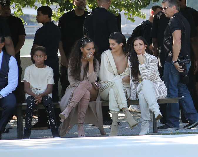 Kendall Jenner et Kim Kardashian au défilé Yeezy Season 4 à New York le 7 septembre 2016