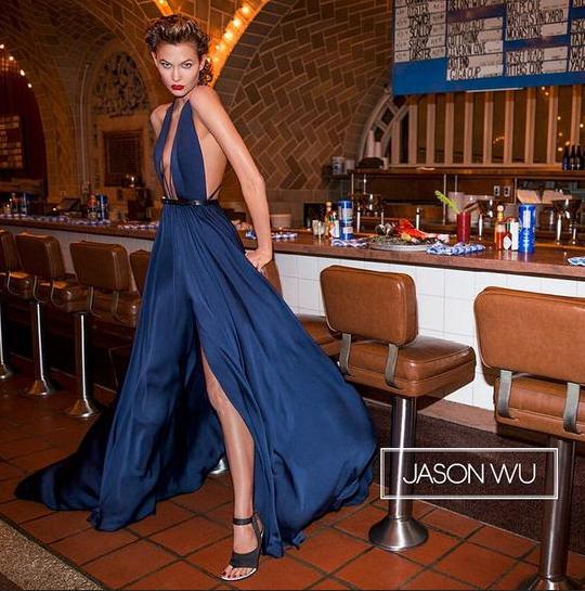 Photos : Karlie Kloss : égérie hot et gourmande pour Jason Wu !
