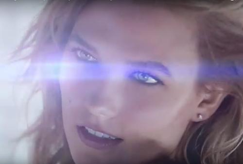 Photos : Karlie Kloss : envoûtante et connectée, elle fait vibrer Sean O'Pry pour Huawei !