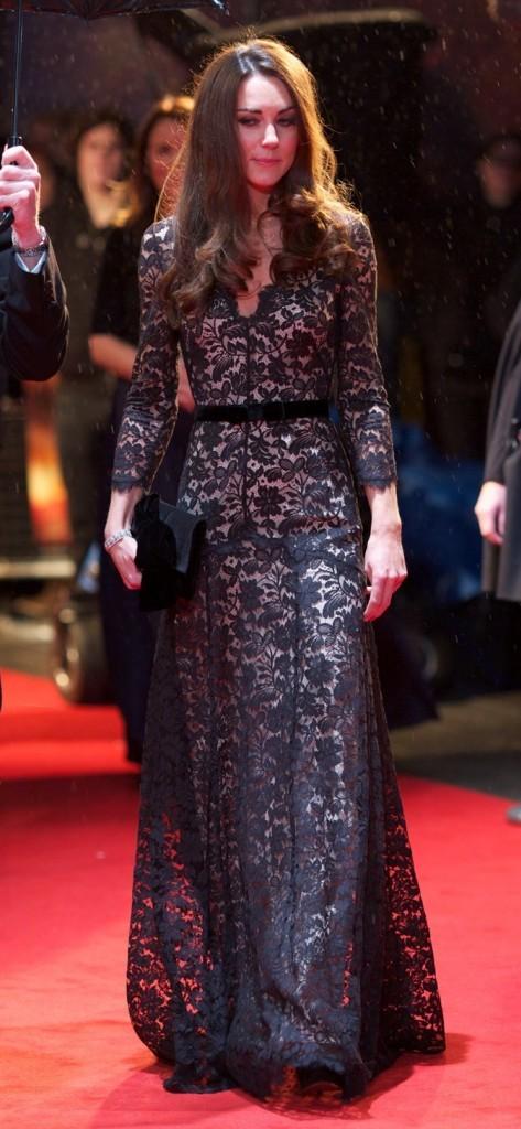 Kate Middleton est éblouissante dans cette charmante robe longue bleu nuit !