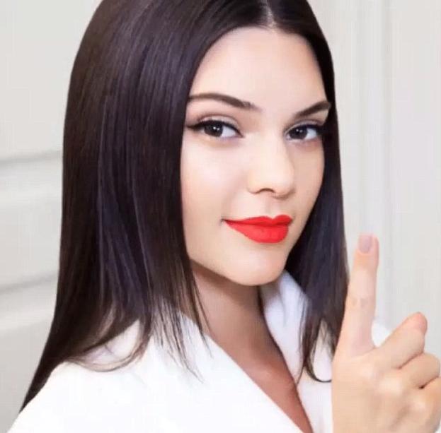 Kendall Jenner arborant le Restless d'Estée Lauder
