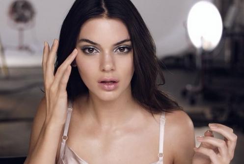 """Kendall Jenner : Pour Estée Lauder, elle créé une nouvelle gamme de cosmétiques """"intelligents"""" !"""