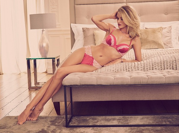 Rosie Huntington-Whiteley présente sa nouvelle collection Ete 2015 avec Marks & Spencers